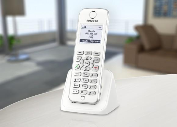 Das ergonomische Schnurlostelefon FRITZ!Fon M2 ist speziell für die FRITZ!Box mit DECT-Basisstation konzipiert. Es besticht durch sein edles Design, die erstklassige Akustik und das Freisprechen in HD-Klangqualität. Zudem überzeugt es mit seinen zahlreichen Internet- und Mehrwertdiensten wie der Bearbeitung von E-Mails, dem Empfang von Internetradio sowie dem Abonnieren von News-Feeds und Podcasts.